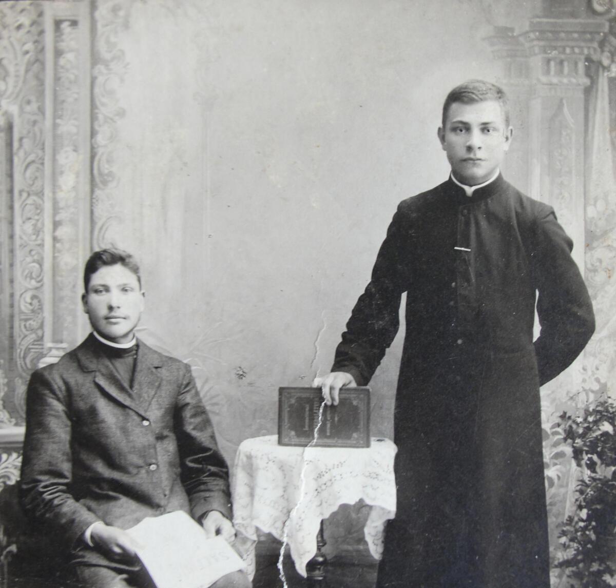 Klierikas Jonas Reitelaitis ir jo pusbrolis Petras Nemura 1910 m.Fotografija saugoma Birutės Raitelaitytės asm. archyve.